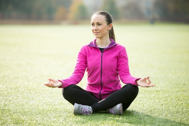 Yoga im freien: sukhasana pose