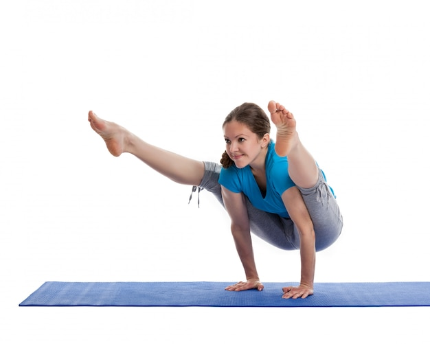 Yoga - junge schöne frau, die yoga asana übung isoliert tut
