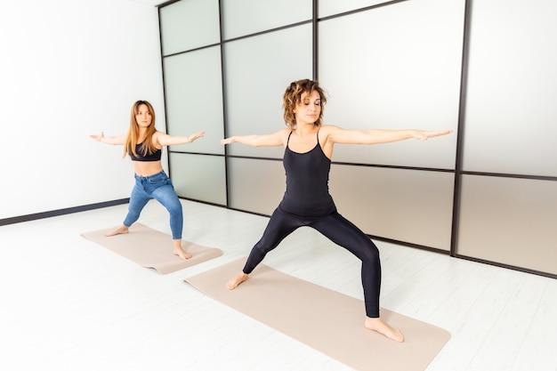 Yoga kraft. übungen drinnen im studio. aktives konzept für ein gesundes leben.