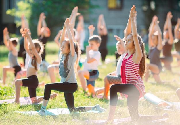 Yoga-kurse im freien. yoga für kinder,