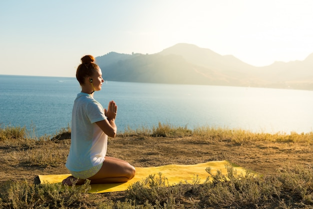 Yoga mädchen mit drahtlosen kopfhörern