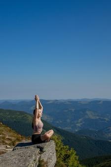 Yoga, meditation. frau ausgeglichen, meditation und zen-energie-yoga in den bergen praktizierend. mädchen, das fitnessübungssport draußen am morgen tut. gesundes lebensstilkonzept.