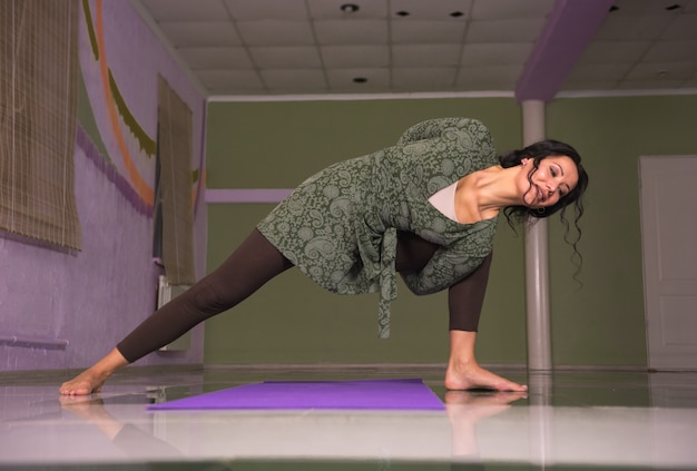 Yoga-meister streckt yoga-posen im fitnesskurs