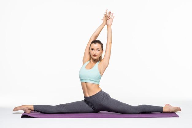 Yoga pose stehklasse. slim fit mädchen im stretching sport beteiligt. arbeiten sie an sich selbst und trainieren sie fitnessübungen für frauen. asana entspannung harmonie gleichgewicht. schnurgymnastik.