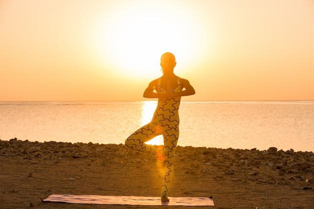 Yoga-praxis bei sonnenaufgang