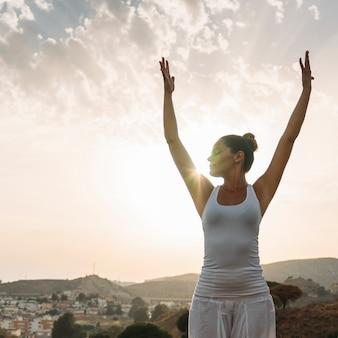 Yoga-session mit dem sonnenuntergang
