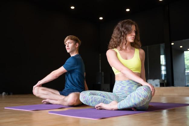 Yoga-übungs-übungs-klasse an der turnhalle