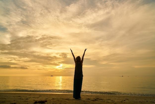 Yoga und frau am strand