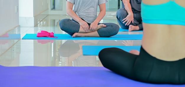 Yoga- und meditations-anfängerkurs für diversity-menschen bei fitness. training und bewegung für gesunde. asiatische frau mit mann für gruppenaktivität und lebensstil.