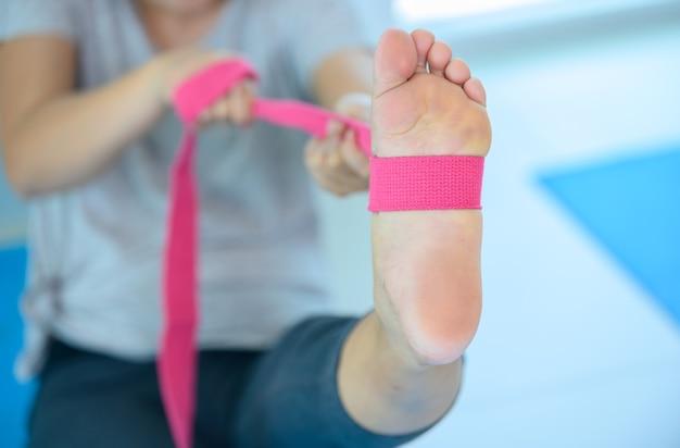 Yoga- und meditations-anfängerkurs für diversity-menschen im fitnessbereich. training und bewegung für gesunde. asiatische frau mit mann für gruppenaktivität und lebensstil.
