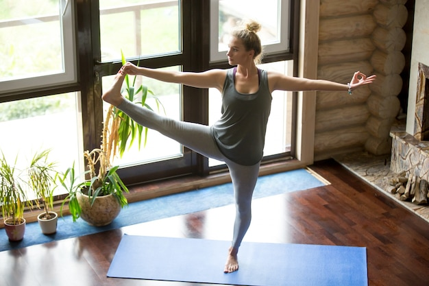 Yoga zu hause: extended hand to big toe pose