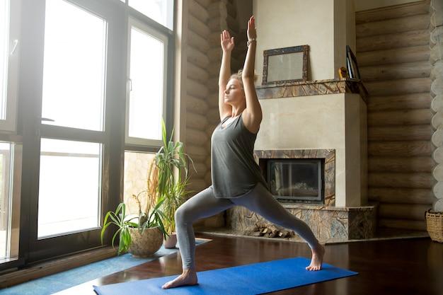 Yoga zu hause: virabhadrasana 1 pose