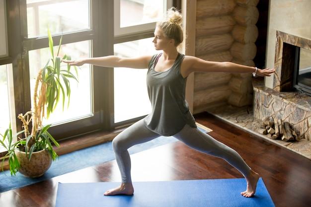 Yoga zu hause: virabhadrasana 2 pose