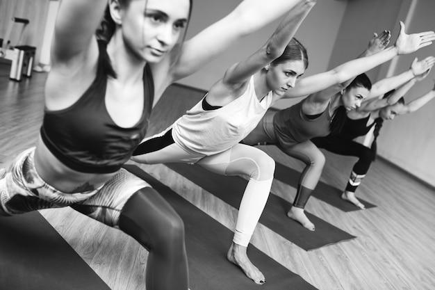 Yogagruppenklassen innerhalb der turnhalle