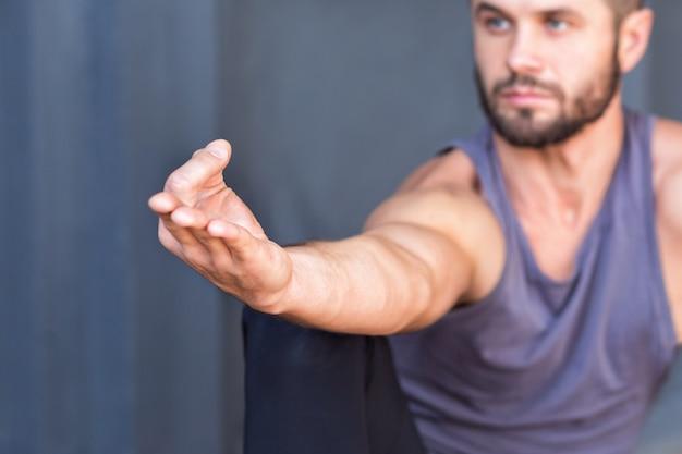 Yogahand mudra auf grauer wand