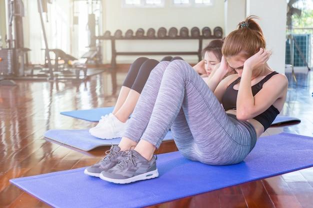 Yogakonzept mit der frau, die körperhaltung ausdehnt