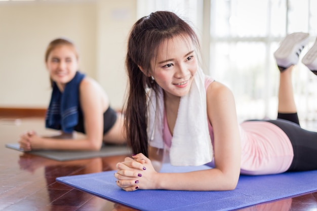 Yogakonzept mit der frau, die körperhaltung ausdehnt Premium Fotos