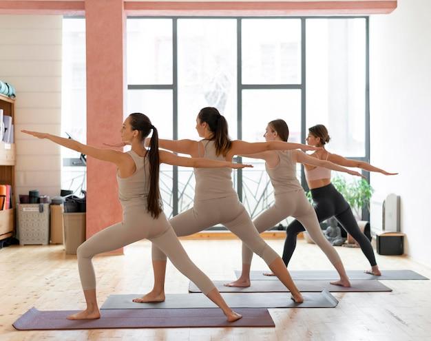 Yogalehrer unterrichtsklasse