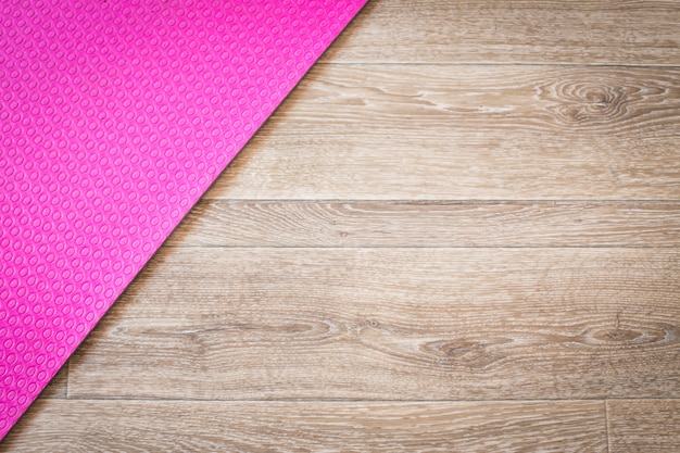 Yogamatte auf einem holz
