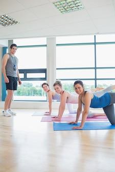 Yogastunde mit männlichem lehrer