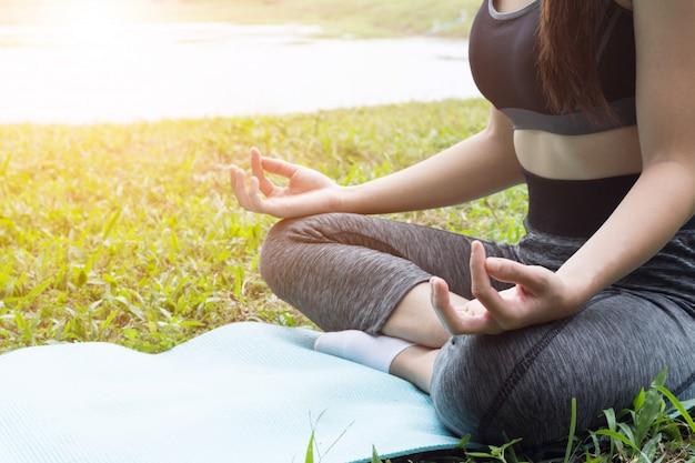 Yogaübung auf der flussseite