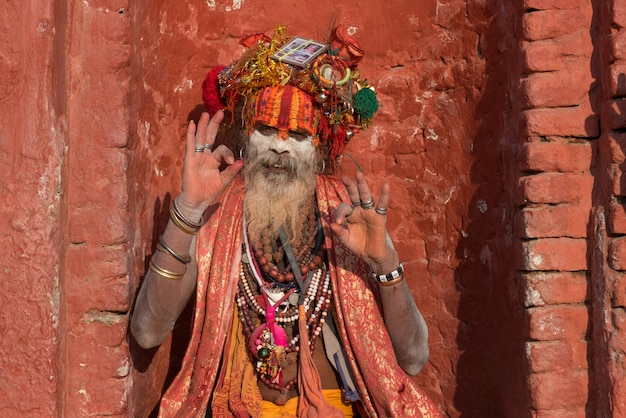 Yogi, der im gebet im pashupatinath-tempel nepal von kathmandu sitzt