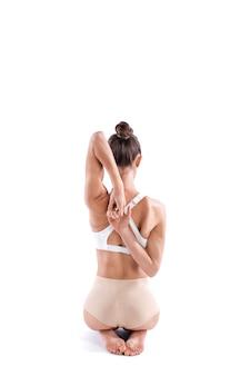 Yogi frau, die yoga in voller länge praktiziert, rückansicht lokalisiert auf weißem hintergrund. konzept des gesunden lebens.
