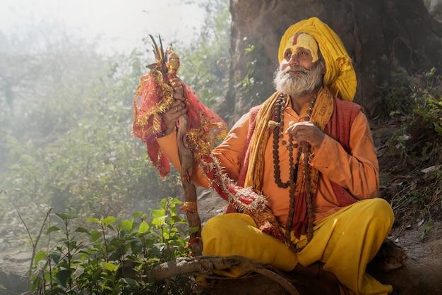 Yogi sitzt im gebet im pashupatinath tempel nepal von kathmandu, napal 20.03.2017