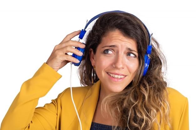 Yoman hört musik mit blauen kopfhörern.