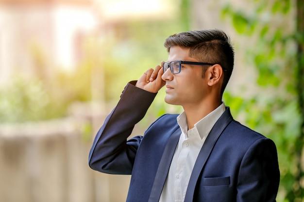 Yong-indischer geschäftsmann in brillen