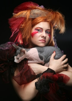 Yong prinzessin mit katze. kreatives fantasy-make-up.