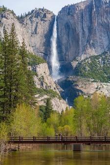 Yosemite falls ist der höchste wasserfall im yosemite nationalpark usa