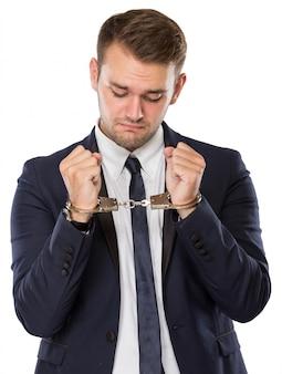 Youbg geschäftsmann mit handschellen über den händen