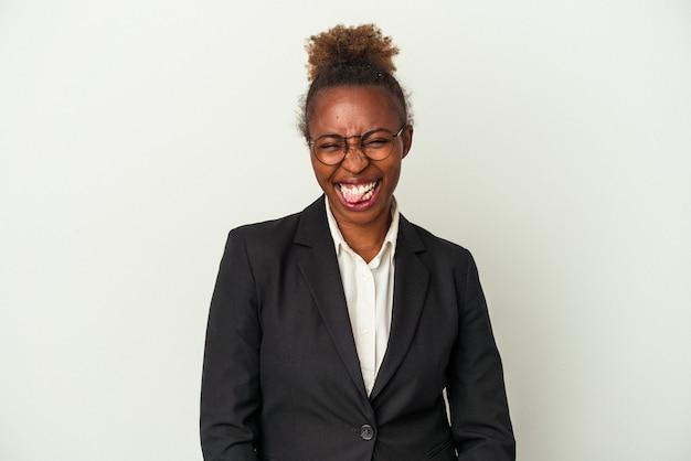 Young business african american woman isoliert auf weißem hintergrund lustig und freundlich zunge herausstrecken.
