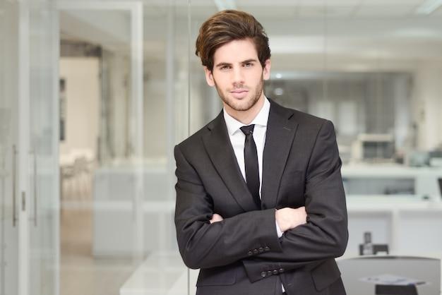 Young executive mit krawatte und den gekreuzten armen