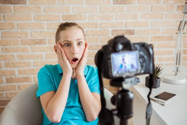 Young teen boy video blogger erstellt inhalte für seinen kanal