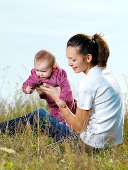 Youngl mather mit beby im freien