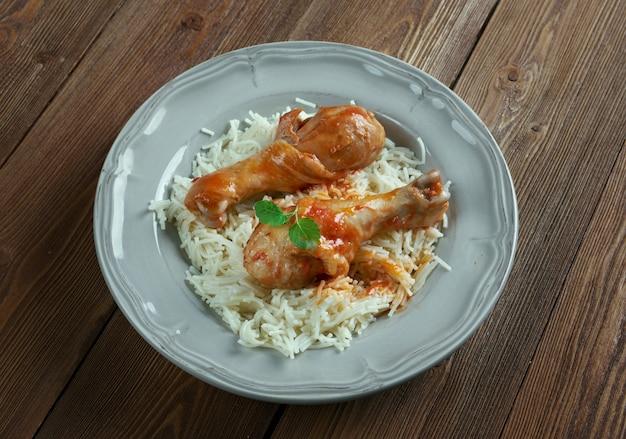 Youvetsi. geschmortes hähnchen mit nudelsauce auf tomatenbasis. gebackenes griechisches fleischgericht