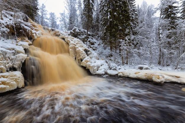 Yukankoski wasserfall weiße brücken kulismayoki fluss russland karelien