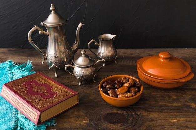 Yummy dates und te set in der nähe von religiösen buch