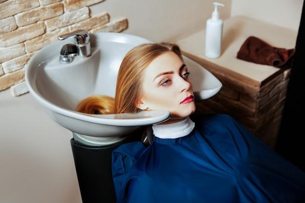 Yuong-frau, die haarpflegeverfahren macht.