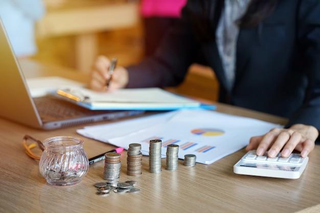 Yyoung unternehmer sind, buchhalter stapeln münzen. einsparungen und finanzen konzept.