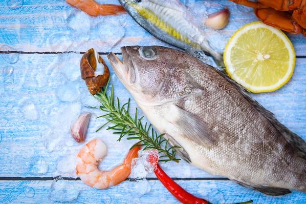 Zackenbarsch auf eis mit rosmarinzitrone, frischer roher meeresfrüchtefisch für gekochtes essen