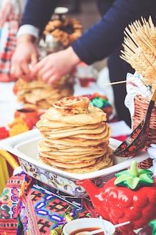 Zähler mit pfannkuchen am feiertag maslenitsa in gomel belarus