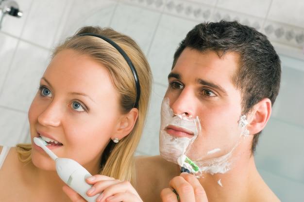 Zähne rasieren und putzen