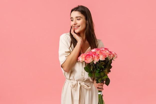 Zärtlichkeit, frauen und schönheitskonzept. attraktives sinnliches junges mädchen erhalten schöne blumenstraußblumen