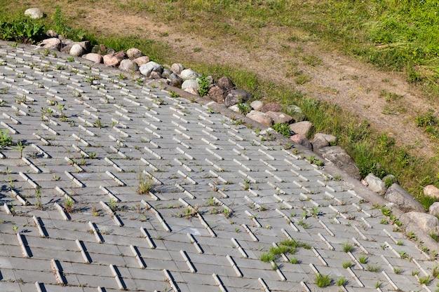 Zäune und betonverankerung auf brücken und anderen auf hügeln gebauten bauwerken