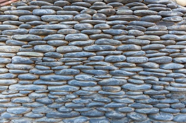 Zäune und mauern von häusern sind in dörfern und städten georgiens aus verschiedenen steinen, natursteinhintergrund, steinstruktur.