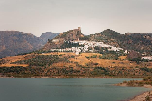 Zahara de la sierra, eine der berühmten weißen städte von cadiz-region bei andalusien, spanien.