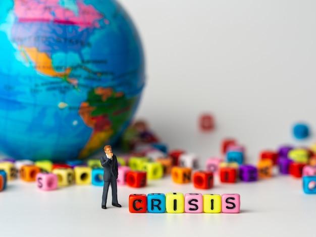 Zahl geschäftsmann, der rückseite krise-alphabet steht